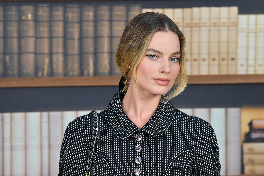 Chanel : Photocall - Paris Fashion Week - Haute Couture Fall Winter 2020 PARIS, FRANCE - JULY 02: Margot Robbie attends the Chanel photocall as part of Paris Fashion Week - Haute Couture Fall Winter 2020 at Grand Palais on July 02, 2019 in Paris, France. (Photo by Stephane Cardinale - Corbis/Corbis via Getty Images)