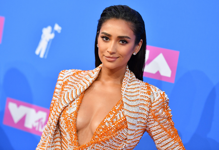 US-MUSIC-MTV-VIDEO-AWARDS Canadian actress Shay Mitchell attends the 2018 MTV Video Music Awards at Radio City Music Hall on August 20, 2018 in New York City. (Photo by ANGELA WEISS / AFP) (Photo credit should read ANGELA WEISS/AFP via Getty Images)